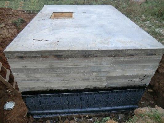 Рис. 11. Гидроизоляция стен погреба с использованием битумной мастики и рулонных материалов
