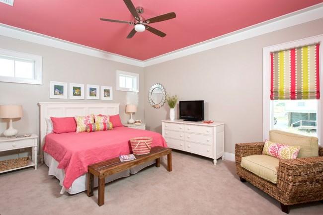 Яркая спальня с потолком, окрашенным водоэмульсионной краской
