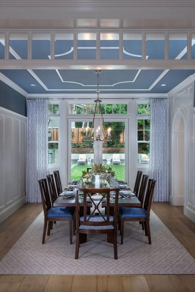 Столовая с потолком, покрашенным водоэмульсионной краской