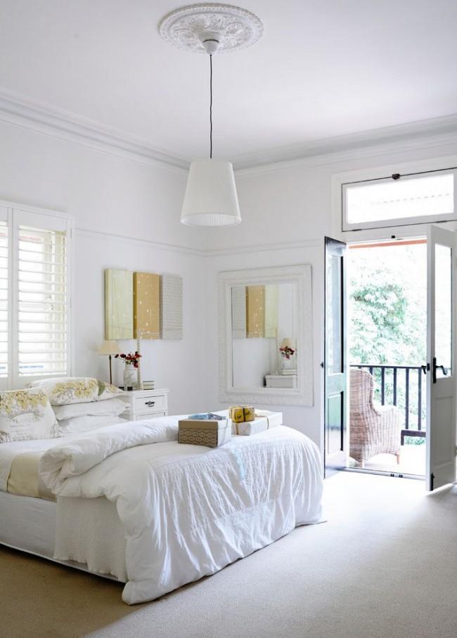 Уютная белоснежная спальня с покрашенным потолком водоэмульсионной краской