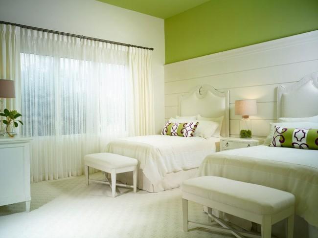 Спальня с потолком, покрашенным зеленой водоэмульсионной краской, выглядит великолепно