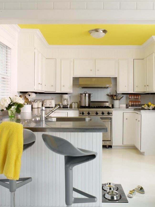 Лимонный потолок - яркая нотка в интерьере кухни