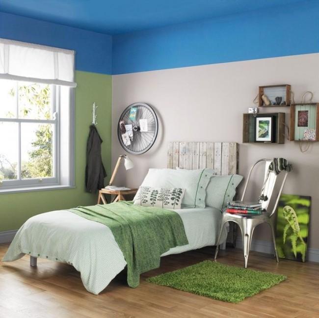 Красивая спальня с потолком небесного цвета