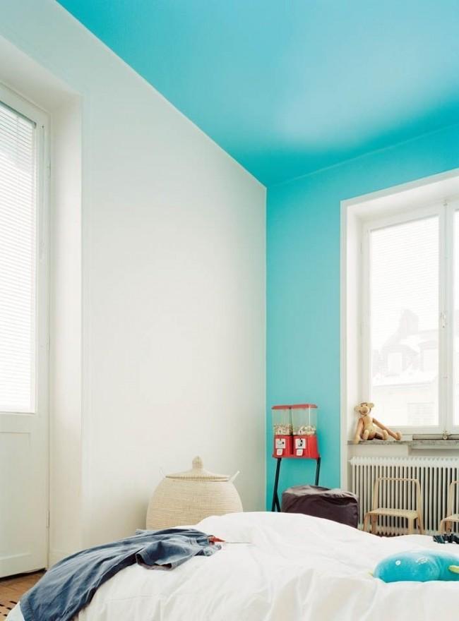 Для окрашивания потолка обычно применяются краски на водоэмульсионной основе