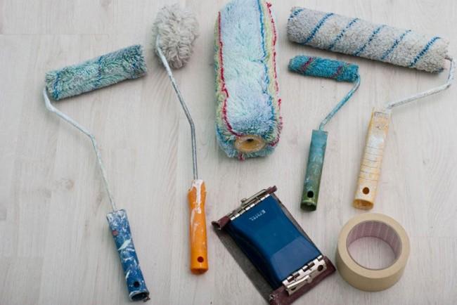 Набор необходимых инструментов для покраски потолка водоэмульсионной краской