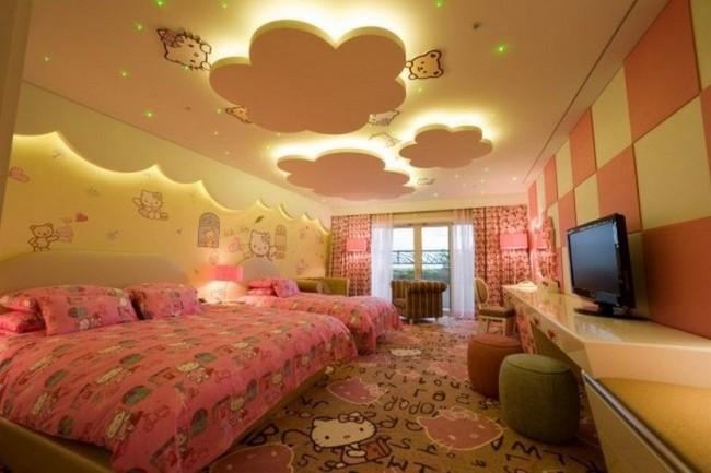 Теплый желтый потолок в детской спальне