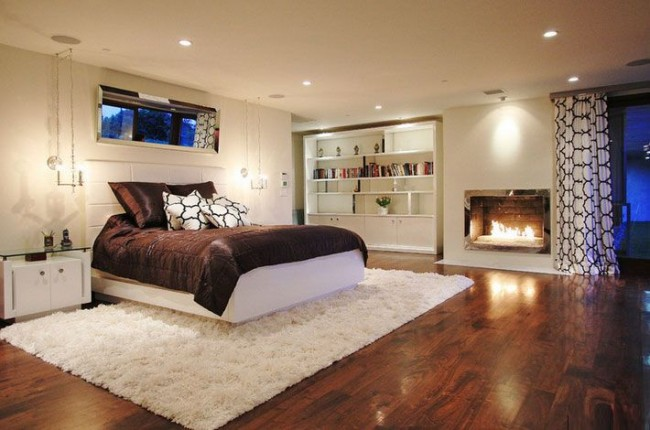 Одноуровневая конструкция также станет оптимальным решением для комнат с невысоким потолком