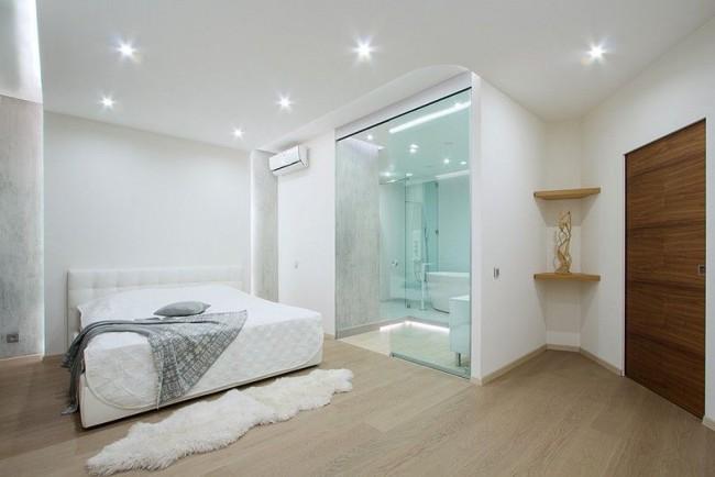 Простой белый потолок из гипсокартона сделает комнату визуально светлее
