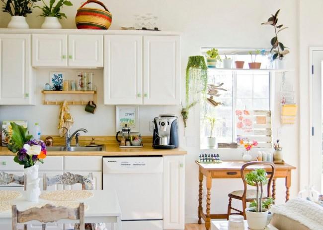Салатовые ручки освежат белую кухню