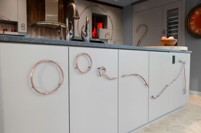 Эффектные ручки для кухонной мебели в виде колец и изогнутых линий