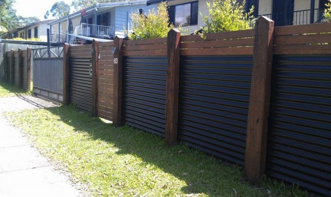 Ворота и забор из профилированного металла с красивыми деревянными столбами