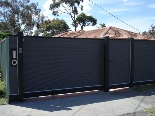 Забор с калиткой из профнастила со строгим дизайном