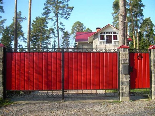 Гармоничное сочетание стиля ворот из профнастила и загородного дома