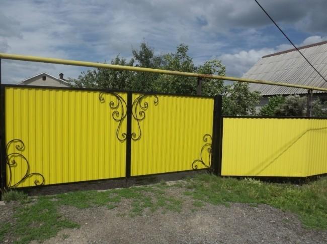 Яркие ворота с декоративными кованными элементами