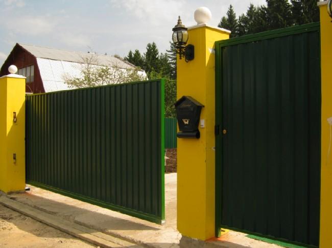 Чудесные зеленые откатные ворота из профилированного листа с яркими желтыми столбами