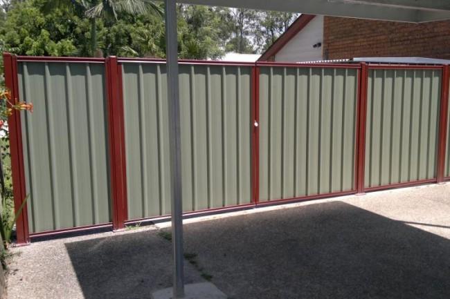 Установка ворот из профлиста может производиться без дополнительного оборудования в любое время года, включая и зимний период