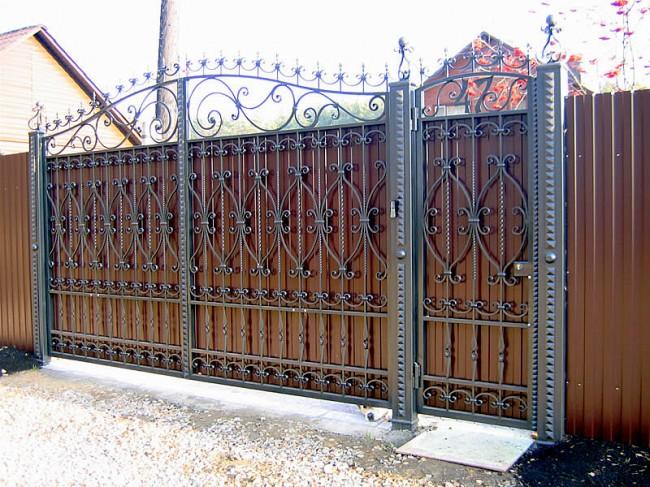 Великолепные ворота из профнастила с кованным декором