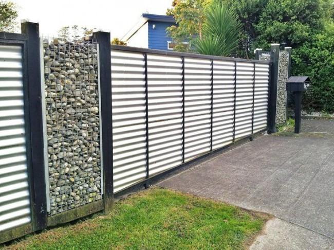 Откатные ворота из профилированного металла с декоративными габионными опорами