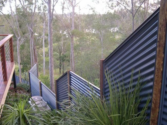 Забор из профнастила - крепкое ограждение, которое выдержит даже сильные порывы ветра