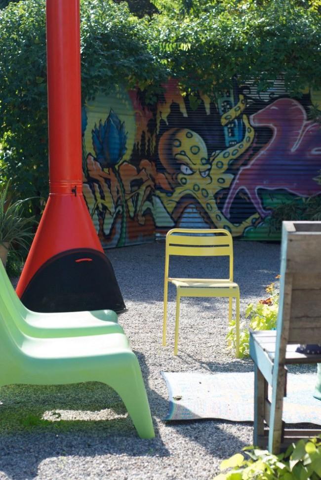 Забор из профлиста, украшенный рисунками в стиле граффити