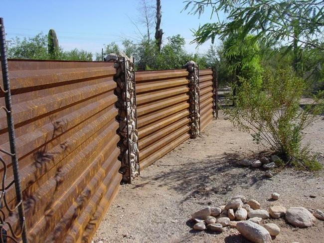 Забор из профлиста в стиле рустика