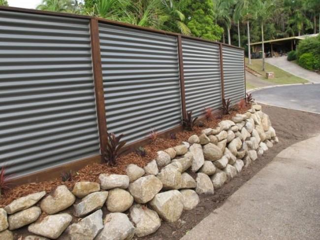 Забор из профнастила с декоративным оформлением