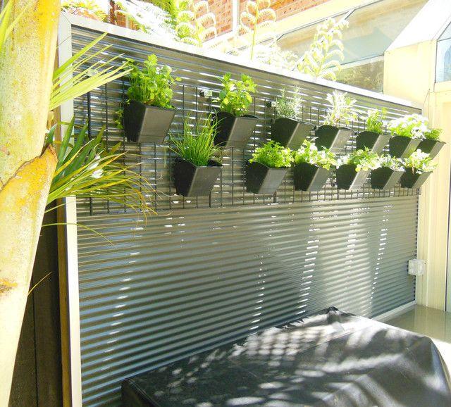 Украшение забора вазонами с живыми растениями