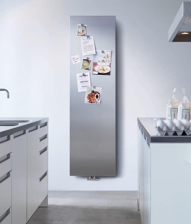 Алюминиевые радиаторы отопления. Биметаллический вертикальный радиатор с передней поверхностью в виде сплошного шлифованного алюминиевого листа