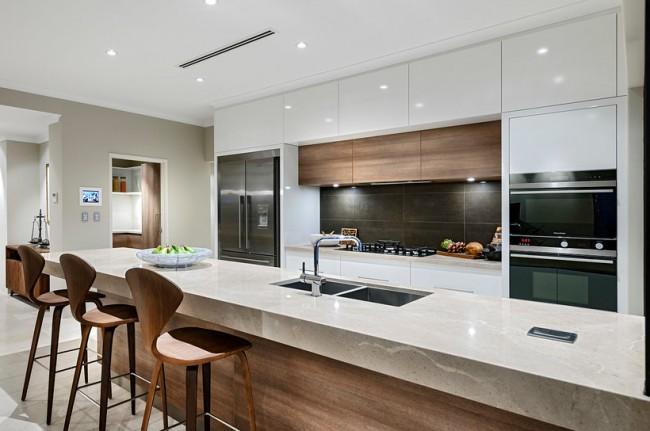 Духовой шкаф с функцией микроволновки. Лучше всего в современной минималистичной кухне смотрится именно встроенная техника. Также именно ее легче всего повседневно поддерживать в идеальной чистоте