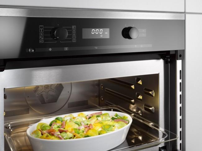 Духовой шкаф с функцией микроволновки. Разные рецепты овощного рагу допускают приготовление их и в духовке, и в микроволновой печи