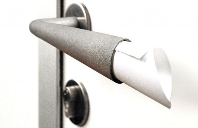 Дверные ручки для входных дверей. Металлическая поворотная ручка, которую можно использовать как держатель корреспонденции