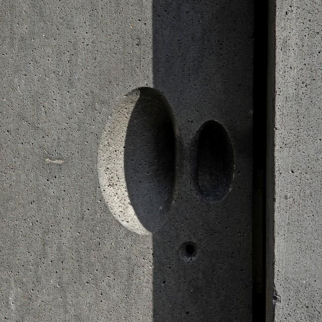 Дверные ручки для входных дверей. Базальтовая дверная ручка швейцарского архитектора Петера Цумтора в музее кёльнского диоцеза - заново отстроенном современном здании на руинах позднероманской церкви св. Колумбы