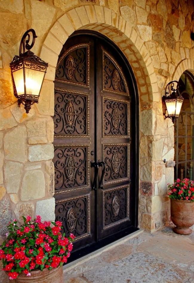 Дверные ручки для входных дверей. Эксклюзивный дизайн обязывает к выбору соответствующих ручек. На фото - средиземноморский экстерьер с тяжелыми коваными стационарными дверными ручками