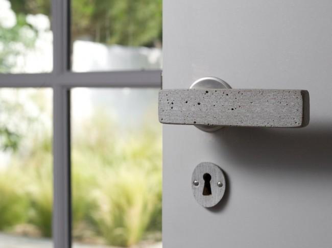 Дверные ручки для входных дверей. Необычный для материала дверных ручек базальт. Учитывая практичность применения на конкретном входе в помещение, можно остановить свой выбор и на нем