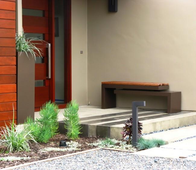 Дверные ручки для входных дверей. Дверная ручка из шлифованного алюминия, повторяющая прямые строгие линии остального оформления крыльца дома