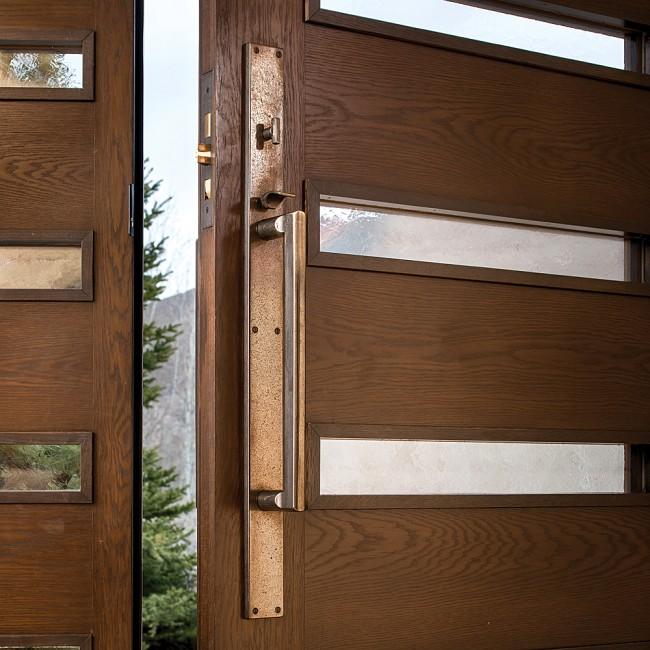 Дверные ручки для входных дверей. Медь, бронза, искусственная патина - все это может быть применено и в современном дизайне прихожей или экстерьера дома