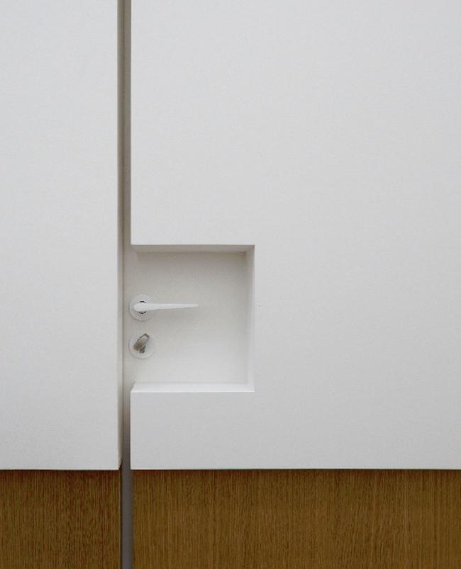 Дверные ручки для входных дверей. Ультра-минималистичная входная дверь с белой поворотно-нажимной ручкой