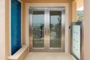 Фото 9 Дверные ручки для входных дверей (60 фото): виды изделий и правила выбора