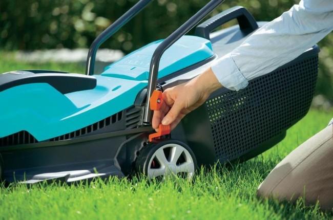 Электрическая газонокосилка. Простое и легкое выставление уровня высоты срезания травы у газонокосилок Gardena PowerMax