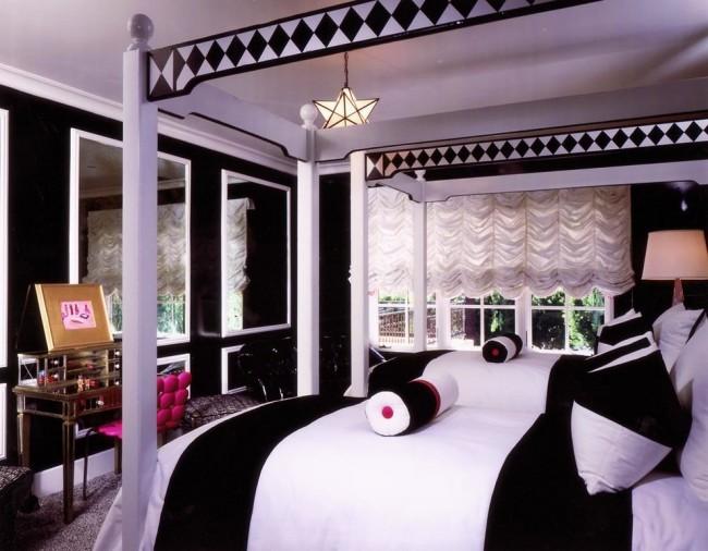 Французские шторы. Черно-белый шик, подчеркнутый игривыми всплесками цвета и ниспадающим каскадом белых французских портьер