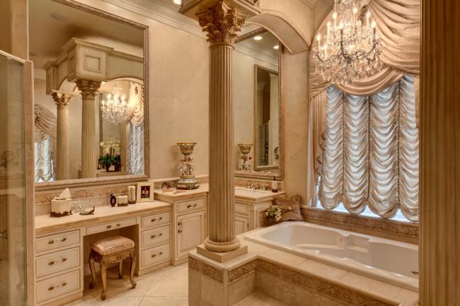 Французские шторы. Удачное применение французских штор в ванной, оформленной в духе классической роскоши. Здесь они менее всего нуждаются в подъемном механизме