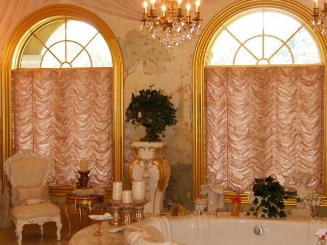 Французские шторы. При возможности экспериментируйте с цветом французских штор: темный цвет придаст помещению современный шик, кремовые и натуральные цвета беспроигрышно сочетаются с традиционной обстановкой