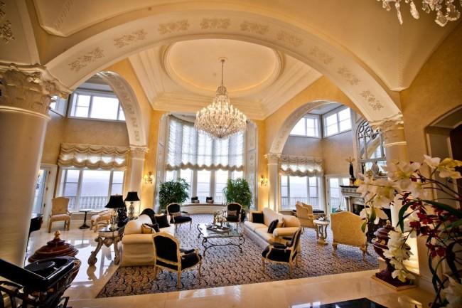 Французские шторы. В помещениях с высокими окнами, оформленными в стиле барокко или классицизм, белые полупрозрачные французские шторы вписываются наиболее органично