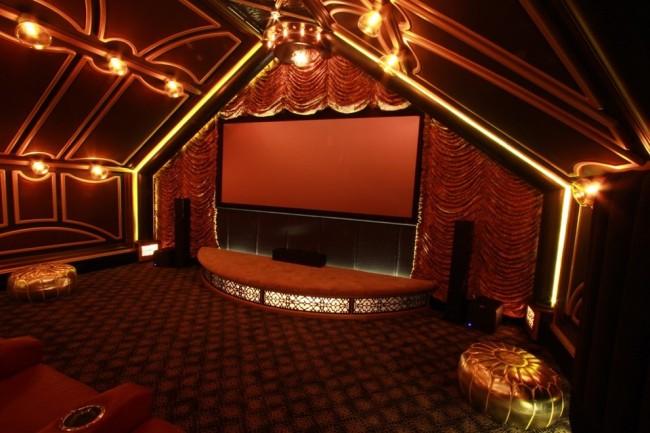 Французские шторы. Оформление домашнего кинотеатра в виде театральной сцены с помощью тяжелых бархатных французских занавесей