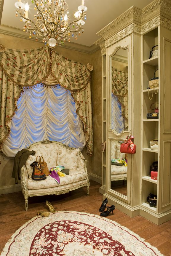 Женственное оформление гардеробного уголка как нельзя лучше подходит для украшения окна французской шторой