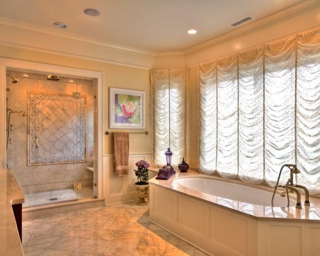 Классическому дизайну ванной комнаты требуется соответствующее оформление окон. Стационарные французские шторы - отличный вариант