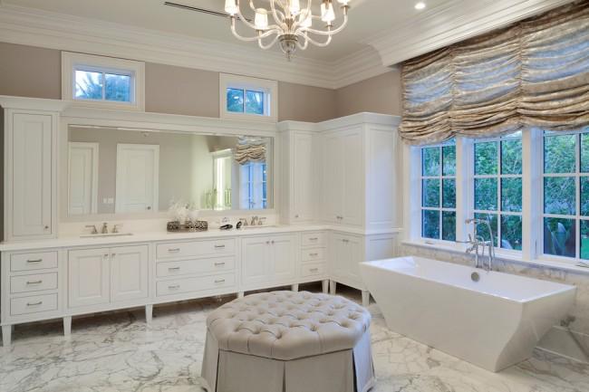 Ткань приглушенных оттенков с объемным рисунком - нестандартный выбор для французских штор и отличный способ привлечь внимание к окну