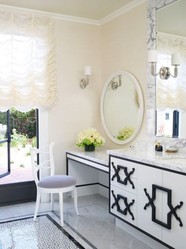 Белые французские шторы применяются скорее для рассеивания света, чем для затенения, поэтому их вариант с подъемным механизмом как нельзя лучше подходит там, где нужно обилие естественного света, например возле туалетных столиков