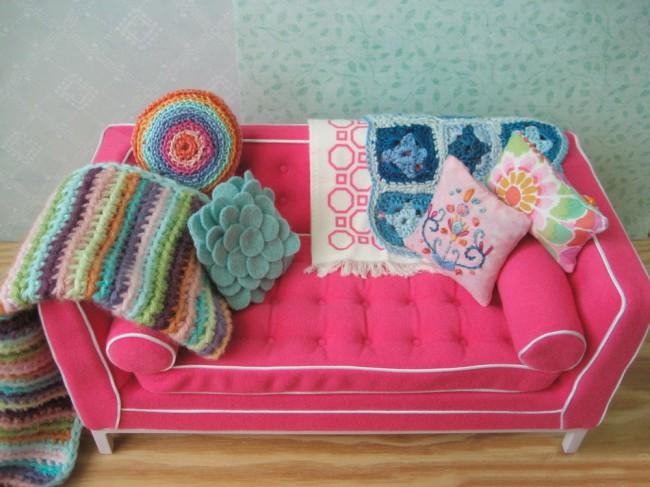 Мебель для кукол своими руками. Обивка дивана посложнее: сшитая по выкройкам с тесьмой и декоративными пуговками (можно с заклепками, - и то, и то можно обтягивать тканью, если позволяют общие масштабы)