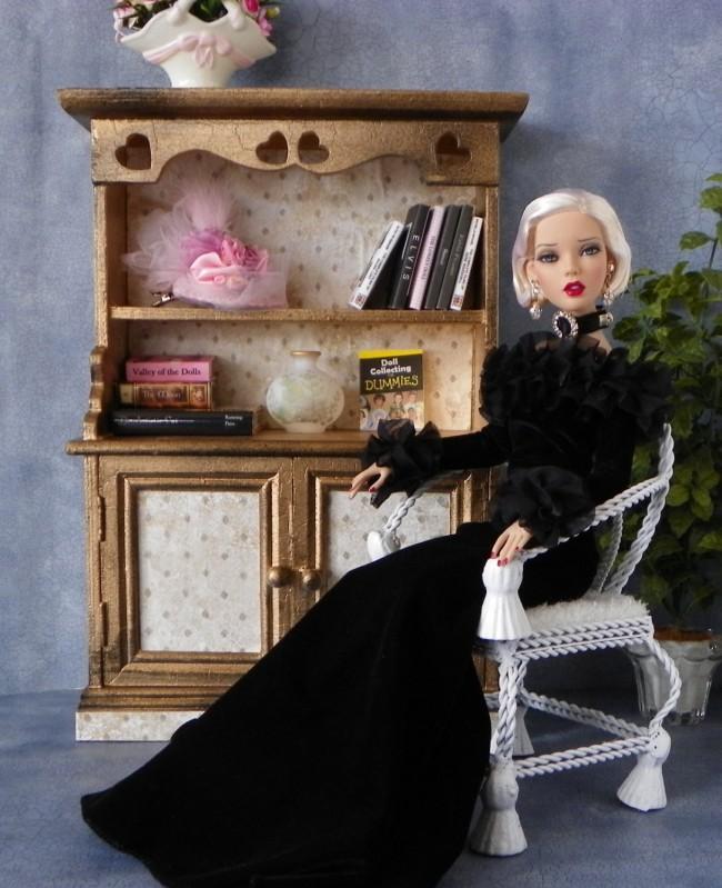 Мебель для кукол своими руками. Для фигурного комода из фанеры потребуются самые элементарные навыки резьбы по дереву